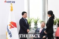[TF포토] 김병준, '좌'용태-'우'현진에 행복해~