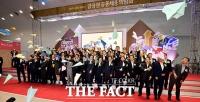 [TF포토] 금융권 채용박람회 개막, ' 종이비행기 날리는 내빈들'