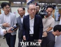 [TF포토] 법원 출석한 김기춘, 취재진 질문에 '묵묵부답'