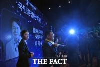 [TF포토] 국민훈장 동백장 전하는 박능후 장관