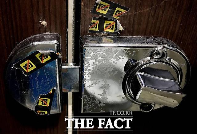 3일 오후 서울 마포구 양화로 인근 상가의 개방 화장실 문 고리에 몰카 방지 스티커들이 붙어 있다.