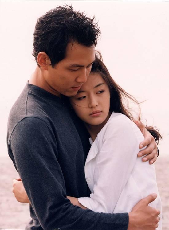 이정재와 전지현 주연의 시월애는 10월이 아닌 시간을 초월한 사랑이라는 뜻이지만 가을에 보기에 좋은 영화 중 하나다. /영화 시월애 스틸