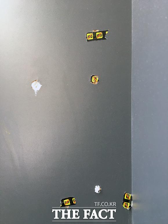 7일 서울 종로구 혜화 마로니에 공원 개방화장실 벽에 붙어 있는 몰카방지스티커.