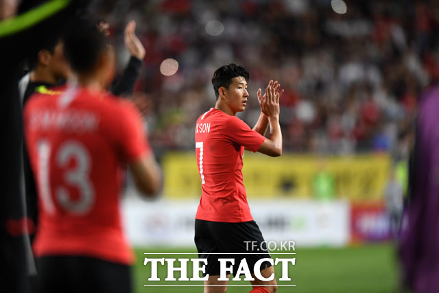 파울로 벤투 감독이 이끄는 한국 축구대표팀이 11일 오후 수원월드컵경기장에서 FIFA 랭킹 12위 칠레와 KEB하나은행 초청 A매치 평가전에서 0-0 무승부를 거뒀다. 경기를 마친 손흥민이 박수를 치고 있다./ 수원=남윤호 기자