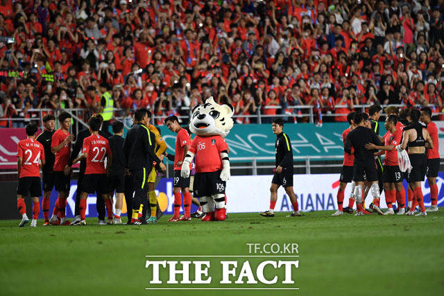 붉은악마 응원에 인사 전하는 축구 대표팀