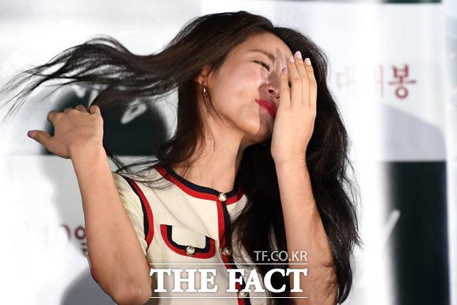 가수 겸 배우 설현이 12일 서울 용산구 CGV 아이파크몰점에서 열린 영화 안시성의 언론 시사회에 참석해 웃음을 참고 있다./남윤호 기자