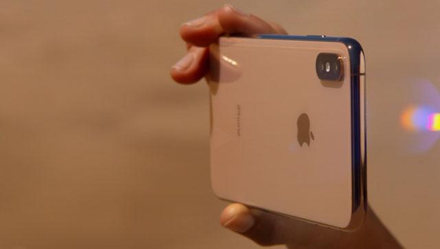 숱한 지적에도 두꺼운 충성 고객을 확보하고 있는 아이폰이 흥행에 성공할 것이라는 의견도 나온다. /애플 영상 캡처