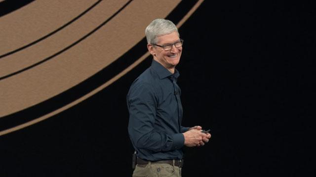 애플이 13일 공개한 신규 아이폰 3종에 대해 큰 변화 없이 가격만 비싸다는 지적이 나오고 있다. 사진은 신제품 공개 행사에서 신규 아이폰 3종을 소개하고 있는 팀 쿡 애플 최고경영자. /애플 영상 캡처