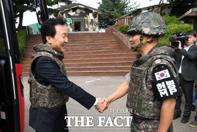 25사단 GOP 부대를 방문해 정찬환 소장과 악수하는 손학규 대표