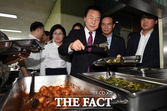장병들과 식사 준비하는 손 대표