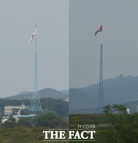 비무장지대에서 본 대성동의 태극기와 북한 기정동의 인공기가 휘날리고 있다.