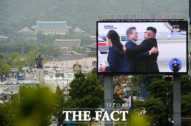 2018 남북정상회담평양 첫날인 18일 오전 문재인 대통령과 김정은 북한 국무위원장이 평양 순안공항에서 만나 포옹을 하는 가운데 서울 종로구 세종대로에 설치된 대형 화면 뒤로 청와대의 모습이 보이고 있다. /김세정 기자