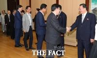 [평양회담] 인사하는 남북 '시민사회·노동·종교계 인사들'