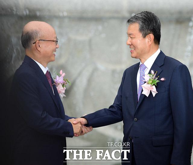 기념사진 촬영 전 인사 나누는 안창호 헌법재판관(왼쪽)과 이진성 헌법재판소장