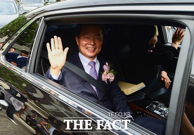 퇴임식을 마치고 헌법재판소를 떠나는 이진성 헌법재판소장