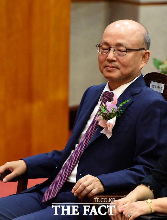 안창호 헌법재판관이 퇴임식에 참석해 생각에 잠겨있다.