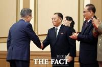 [평양회담] 북측 인사들과 악수하는 문재인 대통령