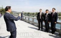 [평양회담] 대동강 배경으로 사진 찍는 재계 총수들