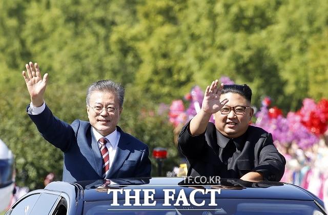 문재인 대통령과 김정은 국무위원장이 18일 오전 평양 시내를 함께 퍼레이드 하며 환영하는 평양 시민들에게 손을 들어 답례하고 있다. /평양사진공동취재단