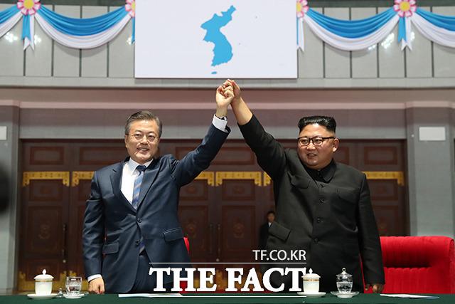 문재인 대통령(왼쪽)과 북한 김정은 국무위원장이 지난 19일 저녁 평양 5.1 경기장에서 열린 빛나는 조국을 관람한 뒤 환호하는 평양 시민들에게 손을 잡고 인사하고 있다. /평양사진공동취재단