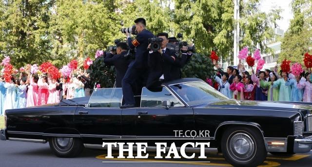 문재인 대통령과 김정은 국무위원장이 18일 오전 평양 시내를 카퍼레이드 하는 동안 북측 기자들이 무개차에 탑승해 취재하고 있다. /평양사진공동취재단