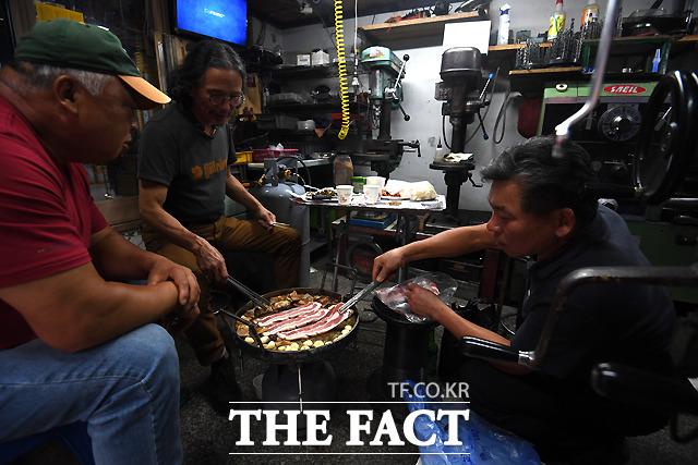 추석 연휴를 하루 앞둔 21일 오후 서울 을지로  3가 일대 공구거리의 한 금속가게에서 작업자들이 모여 앉아 삼겹살을 구워 먹고 있다. /이새롬 기자