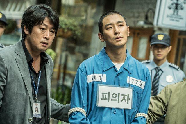 영화 암수살인에 묘사된 한 피해자 유족은 20일 영화가 실제 사건을 유사하게 묘사했음에도 유족의 동의를 구하지 않았다고 주장하며 서울중앙지법에 상영금지 가처분 신청서를 냈다. /암수살인 스틸.