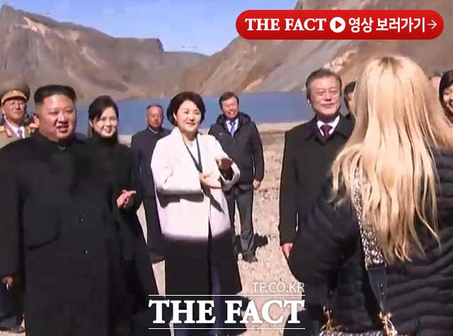 김정은 북한 국무위원장이 백두산 천지에서 울려 퍼진 진도 아리랑에 손뼉을 치며 감동했다. 사진은 진도 아리랑을 부르고 있는 가수 알리의 모습. /평양공동영상취재단 영상 갈무리