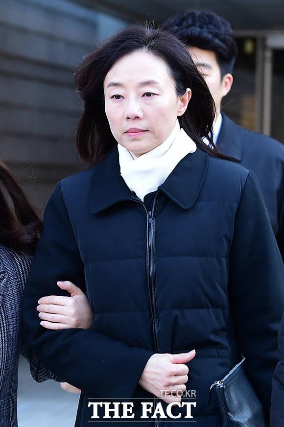 조윤선 전 장관이 지난해 12월 27일 당시 영장실질심사를 마치고 법원을 나서는 모습. /남용희 기자