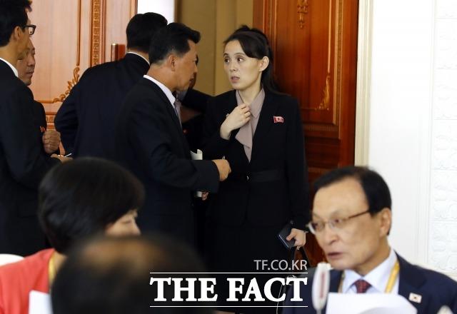 김여정 노동당 제1부부장이 19일 낮 남북 정상 오찬이 열리는 옥류관을 찾아 분주하게 점검을 하고 있다. /평양사진공동취재단