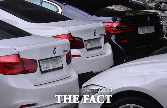 BMW가 EGR 모듈 리콜을 시작한 지난달 20일 서울 서초구의 한 BMW 서비스센터에서 BMW 320d, 520d 등 리콜 대상 차량들이 수리를 기다리고 있다. /이동률 기자