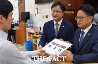[TF포토] 심재철 징계안 제출하는 민주당