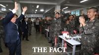 [TF포토] 논산훈련소 찾아 훈련병 격려하는 문희상 국회의장