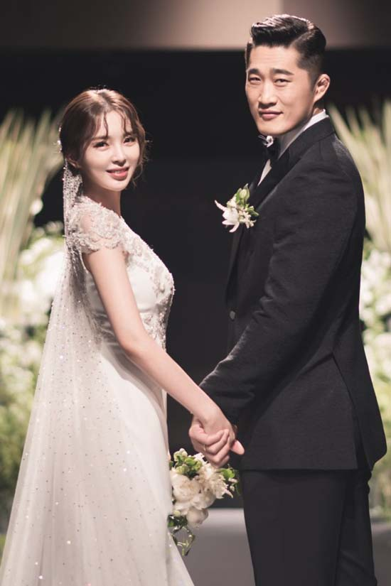 송하율(왼쪽)과 김동현은 29일 서울 신라호텔에서 결혼식을 올렸다. /본부이엔티 제공