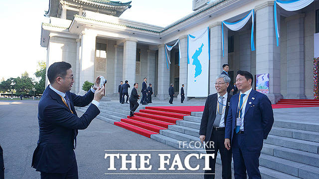 구광모 LG 회장(왼쪽)이 김현철 대통령 경제 보좌관(왼쪽 두번째)과 최태원 SK 회장의 사진을 찍어주고 있다. / 청와대 제공