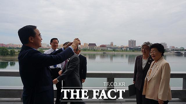 조명균 통일부 장관(왼쪽)이 대동강을 배경으로 강경화 외교부 장관(왼쪽 두번째)과 장상 세계교회협의회 공동의장의 사진을 찍어주고 있다.