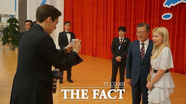 가수 지코(왼쪽)가 문재인 대통령(왼쪽 두번째)과 알리의 사진을 찍어주고 있다.