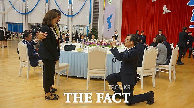 김의겸 청와대 대변인(오른쪽)이 무릎을 꿇고 이정미 정의당 대표(왼쪽 두번째)의 사진을 찍어주고 있다.