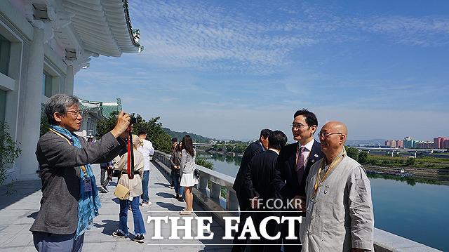 유홍준 명지대 석좌교수(왼쪽)가 대동강을 배경으로 이재용 삼성전자 부회장(왼쪽 두번째)과 원택 조계종 민족공동체추진본부장의 사진을 찍어주고 있다.