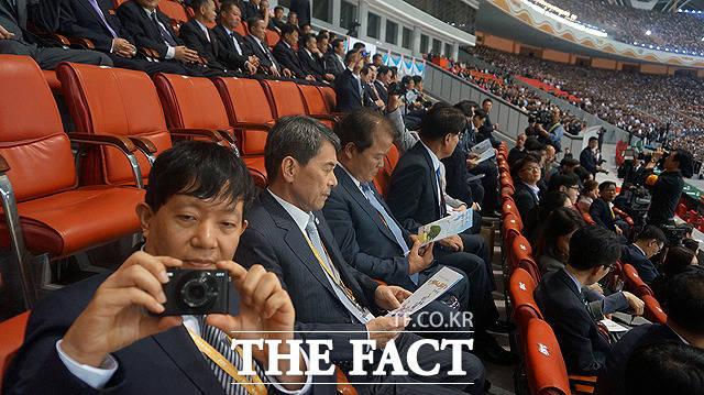 이재웅 쏘카 대표가 사진을 찍고 있다.