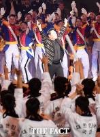 [TF포토] '내가 군통령이다!'…군인들 어깨춤 이끌어내는 싸이