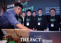 [TF포토] 스타트업 기업 제품 살펴보는 김영주 회장과 정찬수 사장