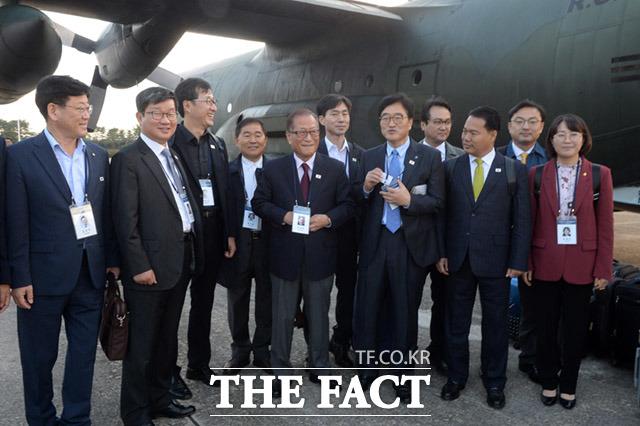 정세현 전 통일부장관(가운데)을 비롯한 참석자들이 서울공항에 모여있다.