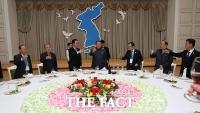 [TF포토] 한반도기 아래서 건배하는 남북