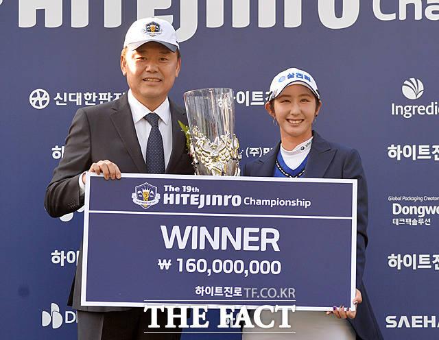 김인규 하이트진로 대표(왼쪽)와 배선우가 우승 트로피를 들고 기념촬영을 하고 있다.