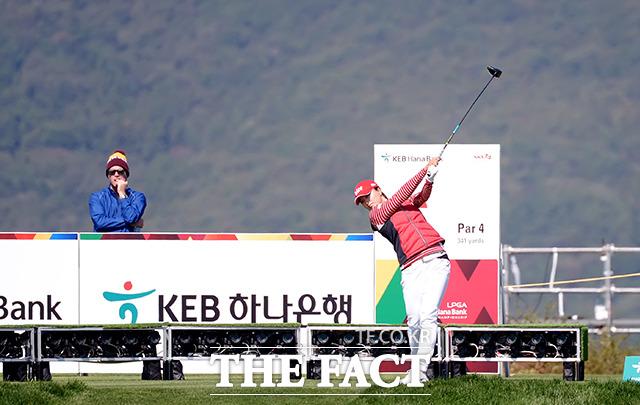 LPGA 투어 '2018 KEB 하나은행 챔피언십' 1라운드가 11일 인천시 중구 공항동로 스카이72 골프 앤 리조트 오션코스에서 열린 가운데 고진영이 6번 홀에서 티샷을 하고 있다. /인천=이선화 기자