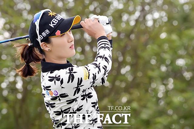 LPGA 투어 '2018 KEB 하나은행 챔피언십' 1라운드가 11일 인천시 중구 공항동로 스카이72 골프 앤 리조트 오션코스에서 열린 가운데 오지현이 티샷을 하고 있다. /인천=이선화 기자