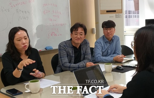 강지희 에이투젠  대표, 최용운 총괄이사, 백현거 총괄본부장(왼쪽부터)이 취재진에게 미래 성장 동력인 프로바이오틱스를  설명하고 있다. /대전=지예은 기자