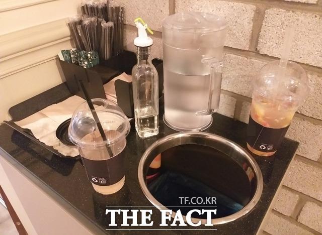 정부의 매장 안 1회용 컵 사용 규제가 시작된 지 두 달 여가 지났다. 취재진이 방문한 서울 시내 일대 커피 전문점에서는 여전히 1회용 플라스틱 컵들을 사용하고 있었다. /지예은 기자