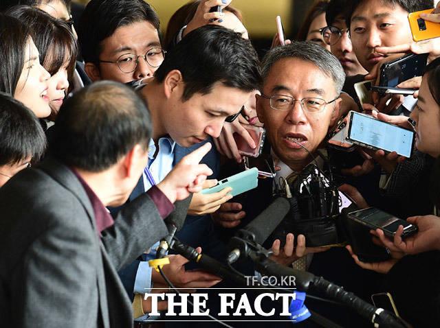 임종헌 전 법원행정처 차장이 취재진의 질의에 답변 도중 지나가던 시민으로부터 항의를 받고 있다.